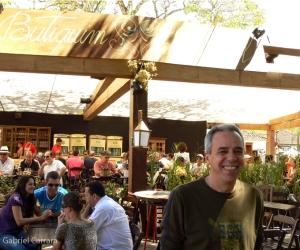 Ralph Justino, em frente ao Botequim Oficial no Largo das Forras